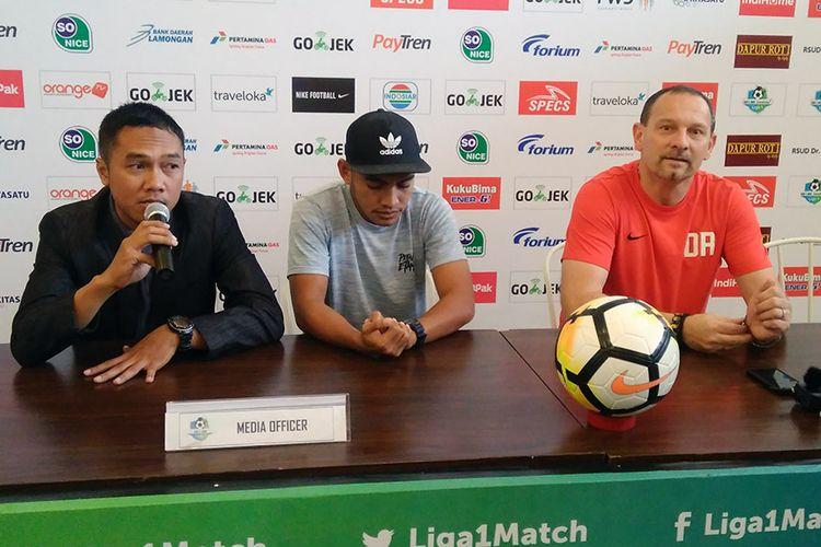 Pelatih Borneo FC Dejan Antonic (kanan), bersama dengan Ambrizal Umainailo (tengah).