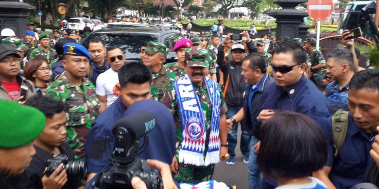 Panglima TNI, Marsekal TNI Hadi Tjahjanto (pakai syal Aremania) saat tiba di Balai Kota Malang, Minggu (3/3/2019)