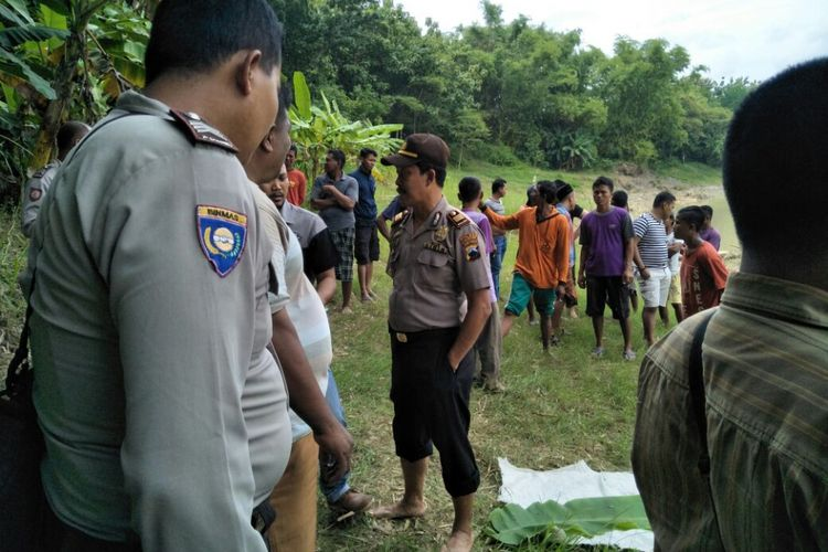 Kepolisian Sektor Wirosari mengevakuasi jasad bayi berumur 18 bulan di Sungai Lusi wilayah Desa Tanjungharjo, Kecamatan Wirosari, Kabupaten Grobogan, Jateng, Jumat (26/1/2018) siang.