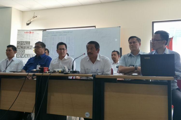 Presdir Grup Lion Air Edward Sirait saat menggelar konferensi pers di di gedung Lion Air Operation Center, Jalan Marsekal Surya Darma No 44, Selapajang Jaya, Neglasari, Kota Tangerang, Senin (29/10/2018).