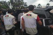 Keluar dari Kantor Wali Kota, Penyidik KPK Bawa Kadis PUPR Kota Tasikmalaya ke Mobil