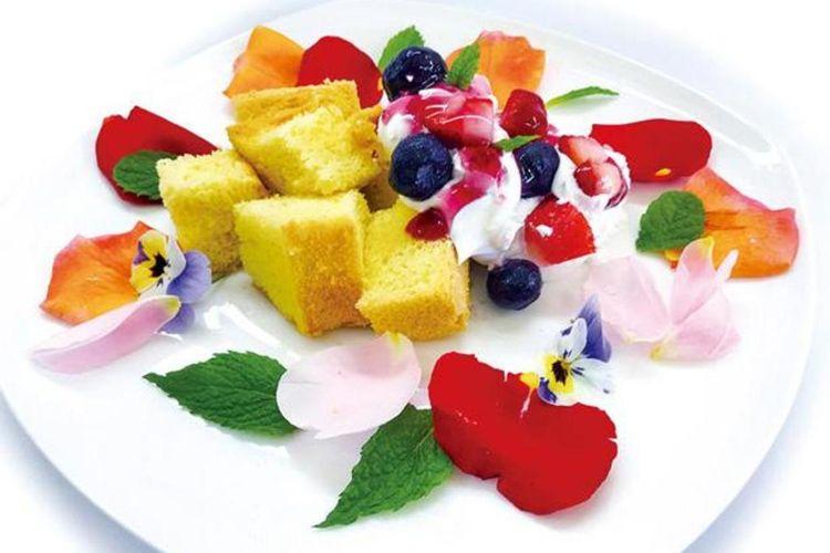 """Kue bunga"" atau chiffon cake bertaburkan bunga-bunga yang cerah seharga 900"