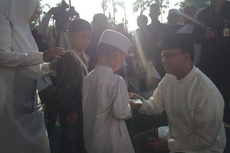 Gubernur DKI Jakarta, Anies Baswedan bagi angpau Idul Fitri di Balai Kota, Rabu (5/6/2019).