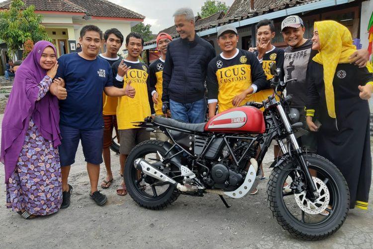 Ganjar Pranowo berfoto dengan Yamaha Byson custom bikinan Icus Custom.
