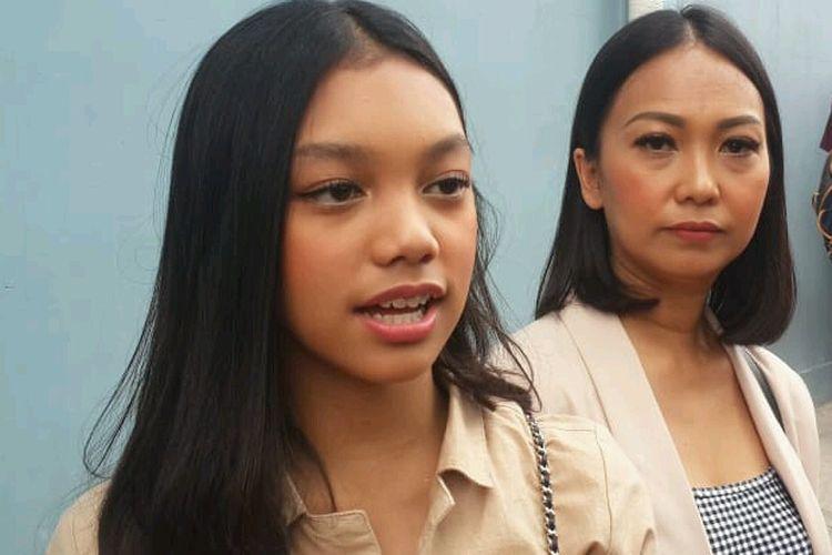 Nola Be3 dan anaknya Nuara saat ditemui usai tampil di salah satu acara stasiun televisi swasta di kawasan Mampang, Jakarta Selatan, Jumat (19/4/2019).