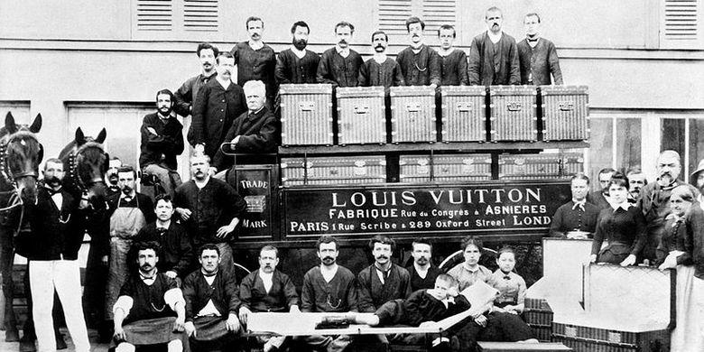 Di halaman lokakarya Asnières, sekitar 1888, Louis Vuitton berpose dengan kedua anaknya, Georges dan Gaston, serta beberapa karyawan. (Public Domain)