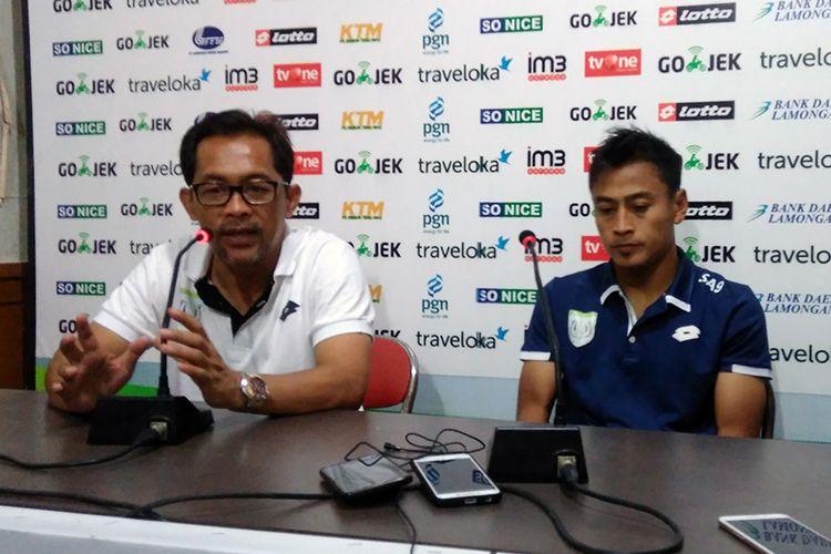 Pelatih Persela Lamongan Aji Santoso (kiri) dan Samsul Arif, selepas pertandingan lawan Persegres Gresik United.