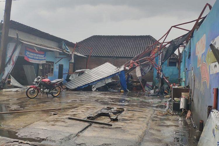 Nampak atap tempat pencucian kendaraan di Bulusari, Kabupaten Sukoharjo, Jawa Tengah rusak diterjang angin puting beliung.