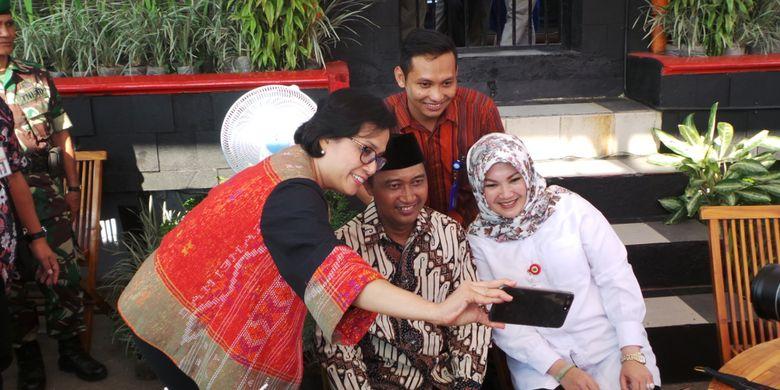 Menteri Keuangan Sri Mulyani berselfie dengan Kepala Desa Ponggok Junaedhi Mulyono, Direktur BUMDes Ponggok Joko Winarno, dan Pelaksana Tugas (Plt) Bupati Klaten Sri Mulyani, di Umbul Ponggok, Klaten, Rabu (23/8/2017).