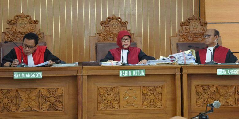 Majelis hakim PN Jakarta Selatan menggelar sidang putusan terhadap gugatan Dwi Aryani, penyandang disabilitas dari pesawat Etihad Airways, Senin (4/12/2017).