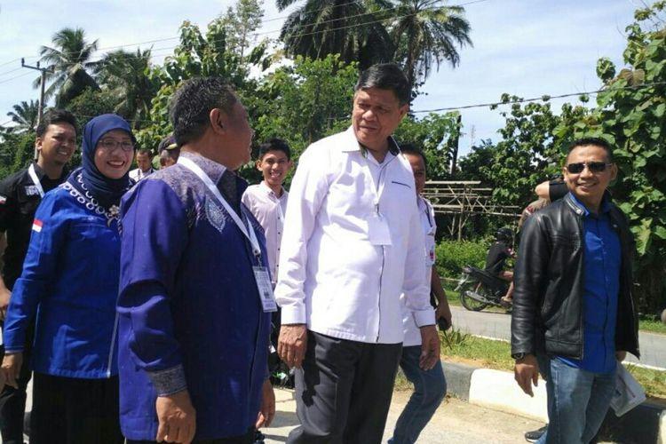 Pasangan Rusda-Sjafie didampingi pengurus DPP Demokrat saat mendafarkan diri di KPU Sultra. (KOMPAS.COM/KIKI ANDI PATI)