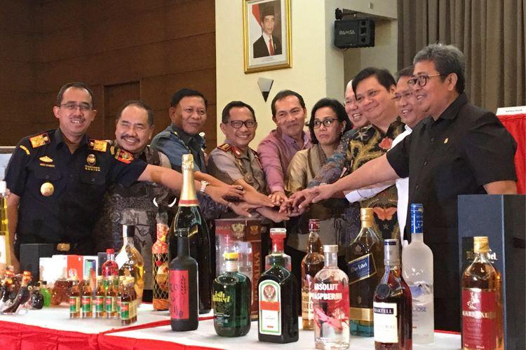 Para menteri dan pihak terkait melakukan tos di depan barang bukti minuman keras di halaman kantor pusat Direktorat Jenderal Bea dan Cukai, Jakarta Timur, Kamis (15/2/2018). Miras tersebut didapat dari hasil operasi Bea dan Cukai bersama pemangku kepentingan lain selama enam bulan terakhir, dan merupakan yang terbesar sepanjang sejarah.