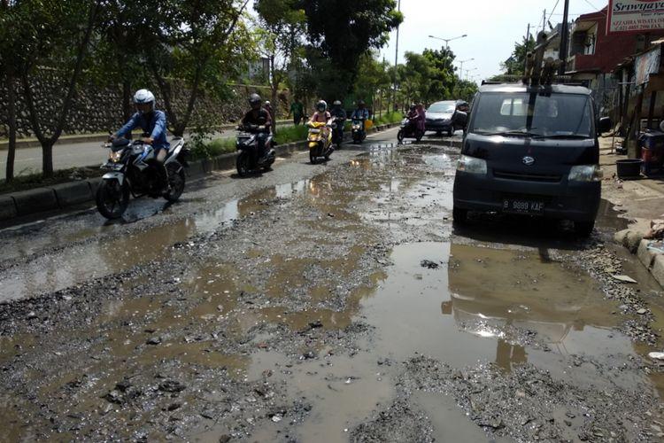 Kondisi Jalan I Gusti Ngurah Rai, Bekasi, Rabu (22/2/2018)