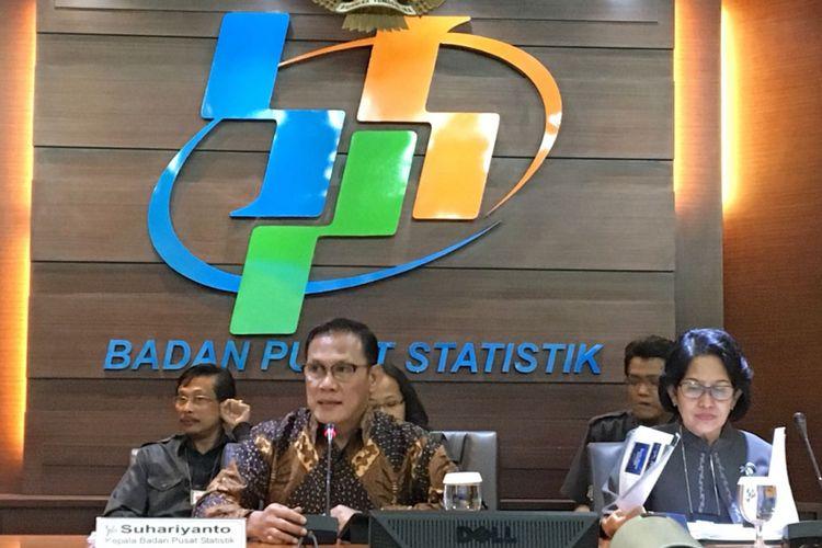 Kepala Badan Pusat Statistik Suhariyanto bersama jajarannya saat menyampaikan rilis ekspor impor dan data lainnya dalam konferensi pers di kantornya, Senin (16/7/2018).