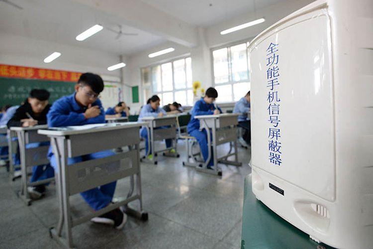 Siswa di China mengerjakan soal ujian.