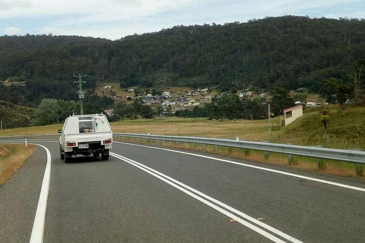 Kondisi jalan raya yang menghubungkan berbagai kota di Tasmania biasanya cukup lengang.