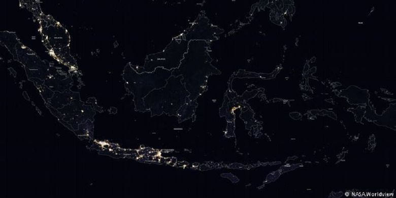 Citra satelit malam hari Indonesia yang dirilis NASA, lembaga luar angkasa AS, memperlihatkan Nusantara yang gelap gulita.