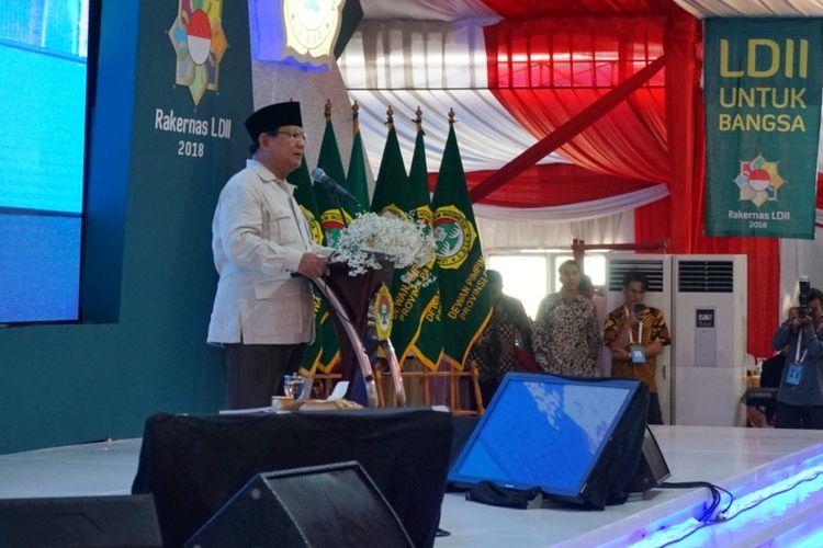 Calon presiden nomor urut 02 Prabowo Subianto saat berpidato pada Rapat Kerja Nasional (Rakernas) Lembaga Dakwah Islam Indonesia (LDII) di Pondok Pesantren Minhajurrosyidin Pondok Gede, Jakarta Timur, Kamis (11/10/2018).