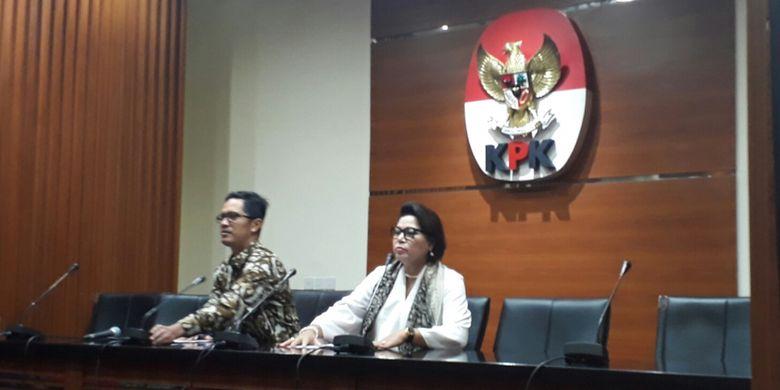 Juru Bicara KPK Febri Diansyah dan Wakil Ketua KPK Basaria Pandjaitan dalam jumpa pers di gedung KPK, Kuningan, Jakarta, Rabu (10/1/2018)