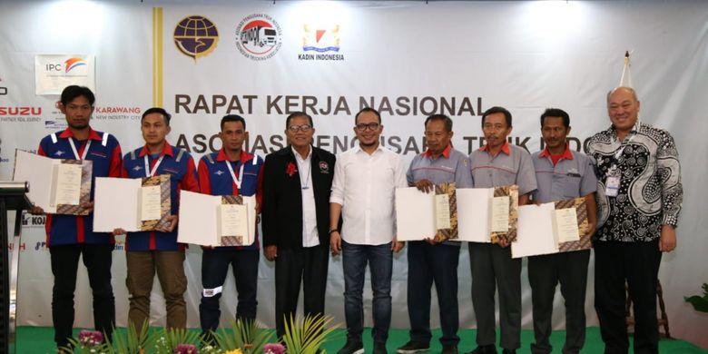 Menaker Hanif (baju putih) bersama Kepala BNSP Kunjung Masehat (sebelah kiri Menaker) dan  Ketua Umum Aptrindo, Gemilang Tarigan (paling kanan) berfoto bersmaa para sopir truk yang mendapatkan sertifikasi kompetensi di Jakarta, Kamis (14/2/2019).