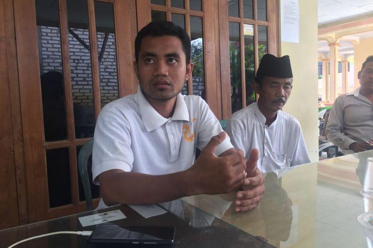 Suud, kakak kandung pelaku bersama Muyahya, ayah kandung pelaku penganiaya guru di Sampang.