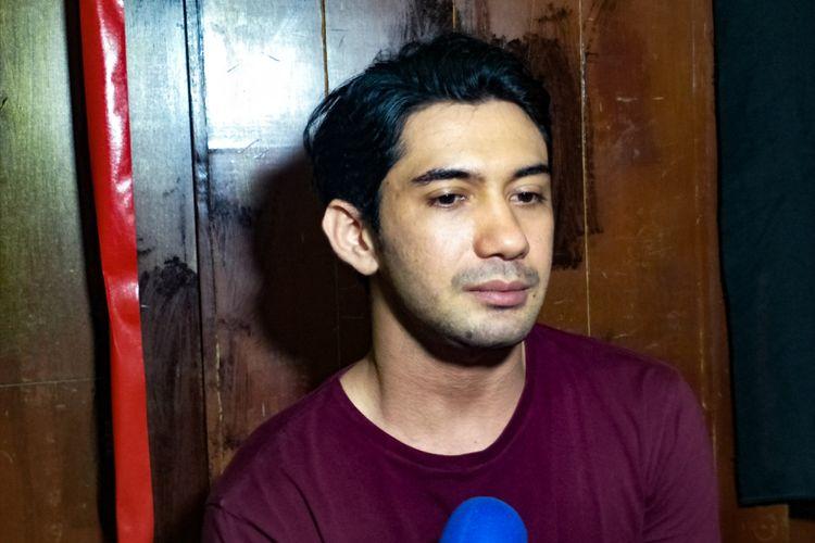 Artis peran Reza Rahadian saat ditemui di sela latihan teater Bunga Penutup Abad di Nyi Ageng Serang, Rasuna Said, Kuningan, Jakarta Selatan, Rabu (14/11/2018).