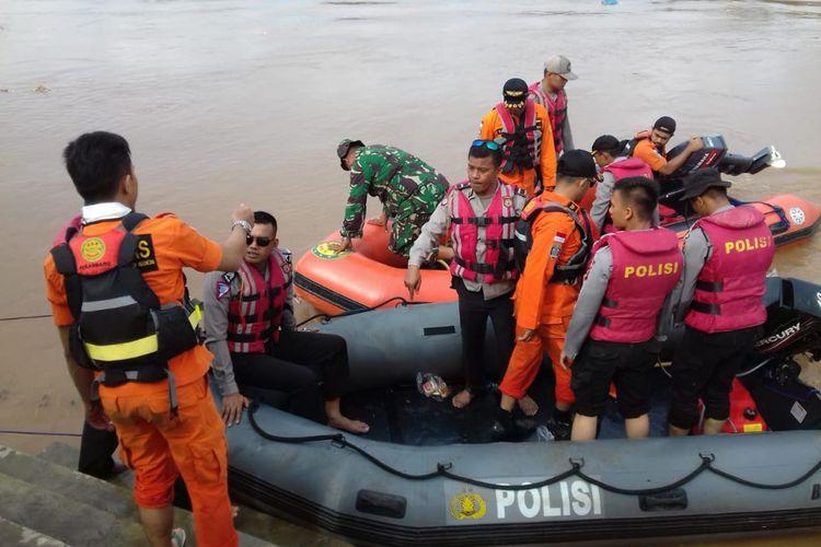 Petugas gabungan dari kepolisian, TNI, BPBD dan Basarnas Pekanbaru melakukan pencarian seorang bocah perempuan diduga hanyut di Sungai Batang Lubuh, Kecamatan Rambah, Rohul, Riau, Kamis (6/12/2018).