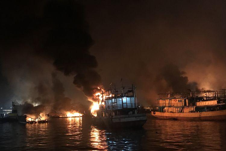 Kebakaran susulan menimpa beberapa kapal di pelabuhan Muara Baru, Pluit, Penjaringan, Jakarta Utara, Sabtu (23/2/2019) malam. Kebakaran susulan itu, yang melanda 5 kapal, terjadi sekitar pukul 20.30.