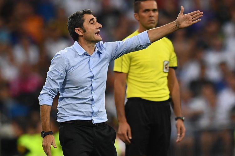 Gaya pelatih Barcelona Ernesto Valverde dalam pertandingan leg kedua Piala Super Spanyol melawan Real Madrid di Santiago Bernabeu, Madrid, Rabu (16/8/2017).