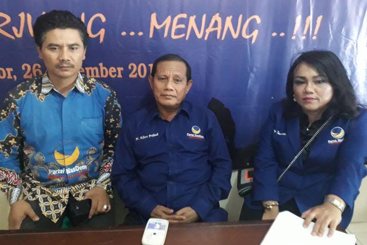 Ketua DPD Partai Nasdem Kabupaten Bogor Laode Albert Pribadi (tengah) didampingi Fungsionaris DPP Partai Nasdem Sondang Tampubolon (kanan) saat ditemui di Kantor DPD Nasdem Kabupaten Bogor, di Cibinong, Bogor, Jawa Barat, Jumat (13/10/2017).