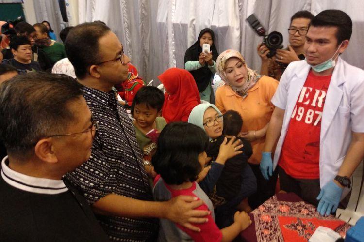 Gubernur DKI Jakarta Anies Baswedan (dua dari kiri) mengikuti kegiatan vaksin difteri di Paroki Santo Andreas, Kedoya Jakarta Barat Minggu (14/1/2018).