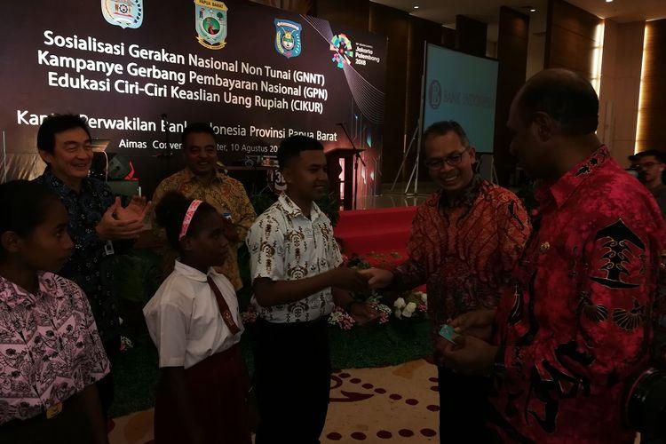 Deputi Gubernur Bank Indonesia Sugeng dalam sosialisasi gerakan nasional non tunai di Sorong, Jumat (10/8/2018).