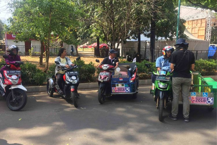 Panitia Asian Para Games menyediakan puluhan kendaraan ojek disabiltitS untuk membantu mengantarkan para atlet dan pengunjung Asian Para Games untuk sampai ke venue tujuan yang berada di dalam kawasan Gelora Bung Karno  (GBK), Senayan, Jakarta Pusat, Minggu (7/10/2018).