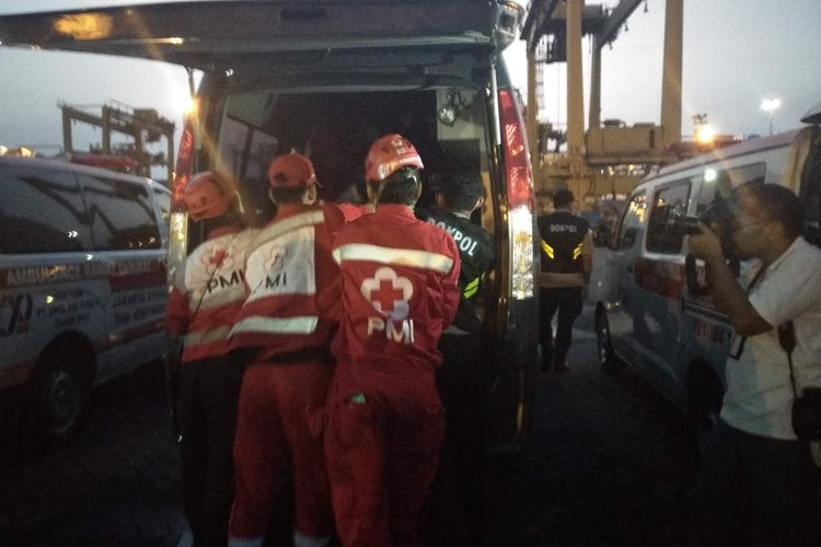Kantong jenazah bagian tubuh penumpang Lion Air JT 610 tiba di Pelabuhan JICT 2 Tanjung Priok dan dibawa menggunakan ambulans ke RS Polri, Kramat Jati.