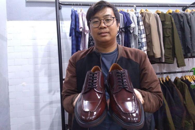 Hamzah Naufal Fadhilah (29) memperlihatkan sepatu oxford split toe buatannya.