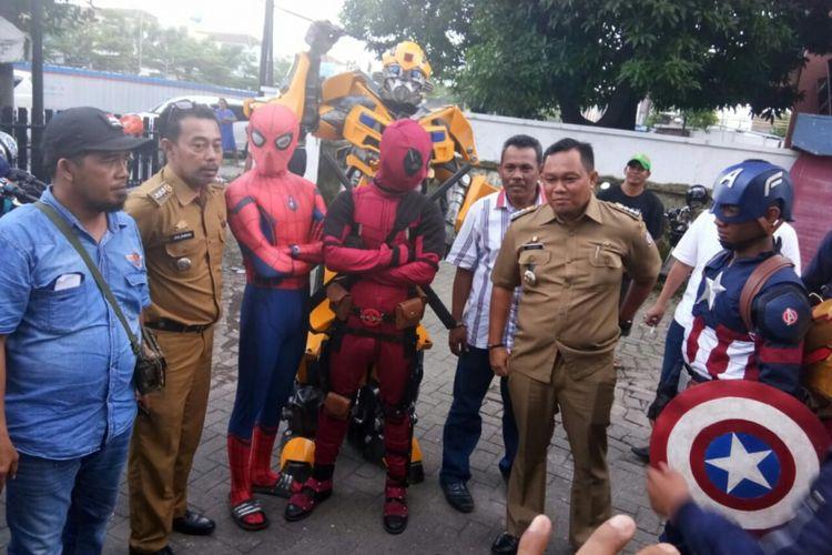 15 camat di Kota Makassar yang hendak mengikuti pemeriksaan di kantor Bawaslu Sulsel dikawal sejumlah tokoh superhero dari Avenger, Transformer dan Satria Garuda BIMA-X, Jumat (22/2/2019).
