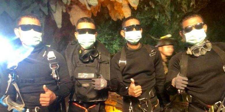 Empat personel AL Thailand merupakan orang terakhir yang keluar dari Gua Tham Luang. Mereka terdiri dari tiga penyelam dan seorang tenaga medis. (Facebook/AL SEAL Thailand)