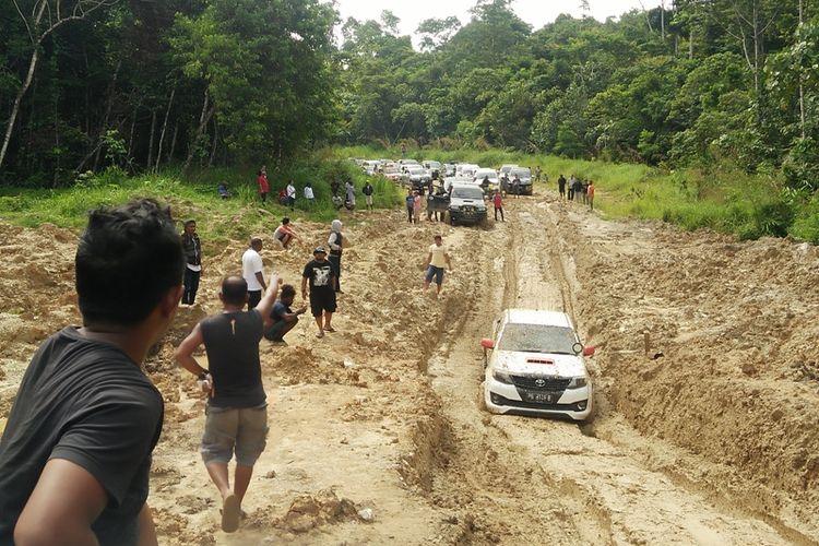 Ruas Jalan Trans Papua Barat Manokwari-Bintuni, tepatnya di Mameh Kabupaten Manokwari Selatan, yang rusak parah disaat hujan turun.