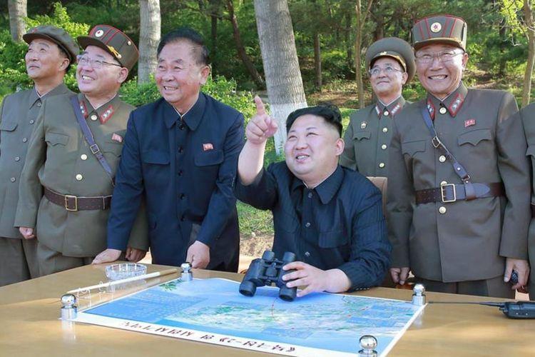 Pemimpin muda Korea Utara yang ambisius, Kim Jong Un, memimpin pengunjian sistem anti-pesawat terbang terbaru, Sabtu (28/5/2017).