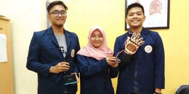 Afni Unaizah dan timnya menciptakan F-ONE (Finger Eksoskeleton portable) alat bantu gerak jari tangan berbasis sinyal otot sebagai rehabilitasi pasca stroke.