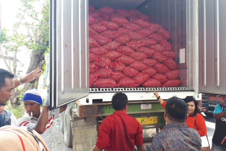 Bawang merah dari Pasar Bawang Dringu dimasukkan ke kontainer untuk diekspor ke Thailand.