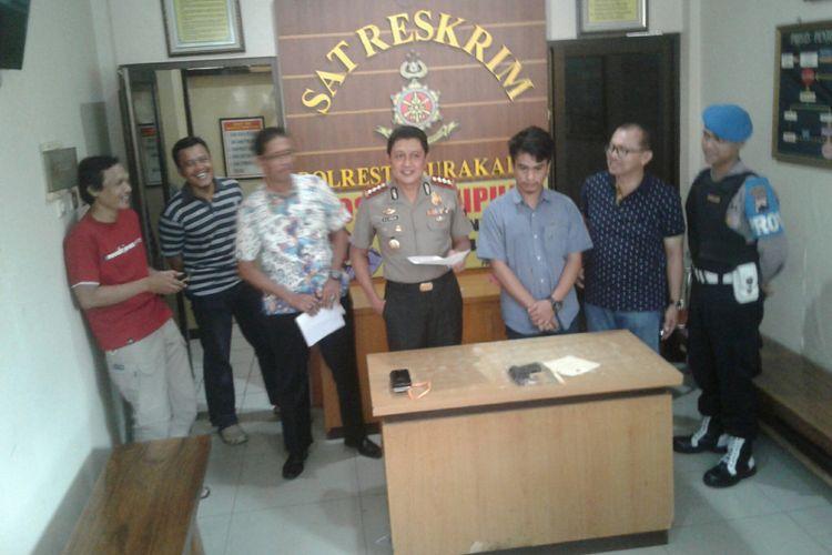 Kapolresta Surakarta, Kombes Pol Ribut Hari Wibowo dan pelaku penembakan terhadap seorang pengendara sepeda motor saat diamankan di Mapolresta Surakarta, Solo, Jawa Tengah, Sabtu (26/5/2018).