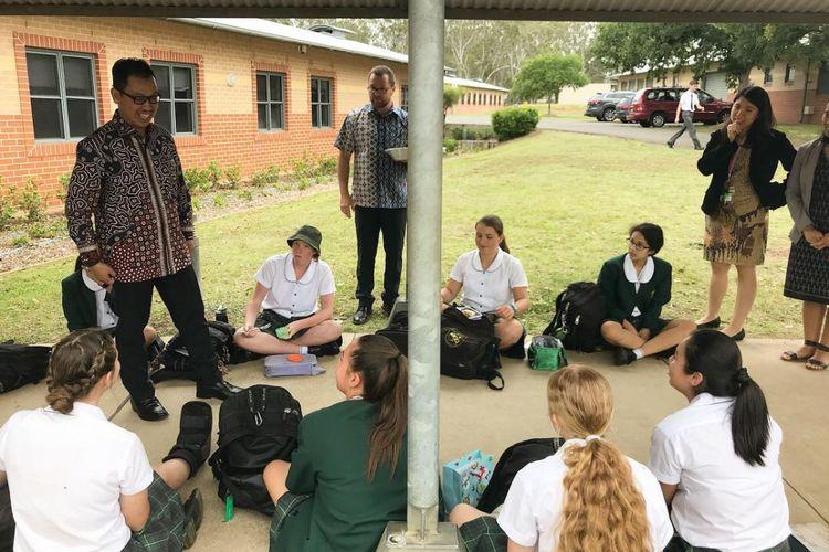 Konsul Jenderal RI di Sydney Heru Subolo ketika bercakap-cakap dengan siswa Sekolah Anglikan Macarthur di Cobbitty Rabu (5/12/2018). Sekolah tersebut telah menawarkan Bahasa Indonesia selama 30 tahun.