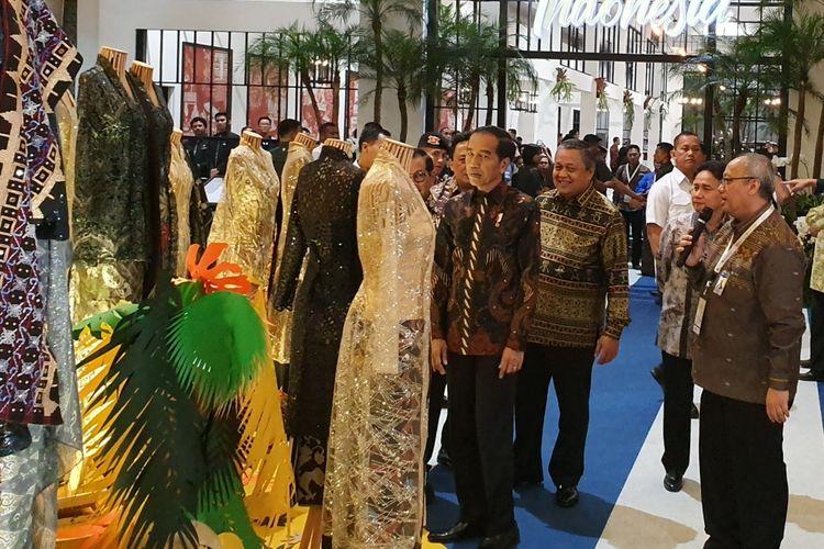 Presiden Jokowi meninjau pameran Karya Kreatif Indonesia (KKI) yang digelar Bank Indonesia di JCC Senayan, Jakarta, Jumat (12/7/2019).