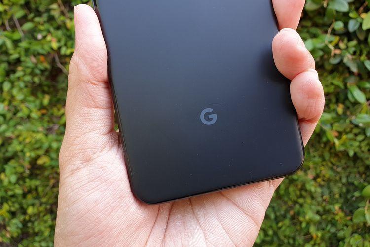 Sebuah logo Google di bagian belakang kedua ponsel.