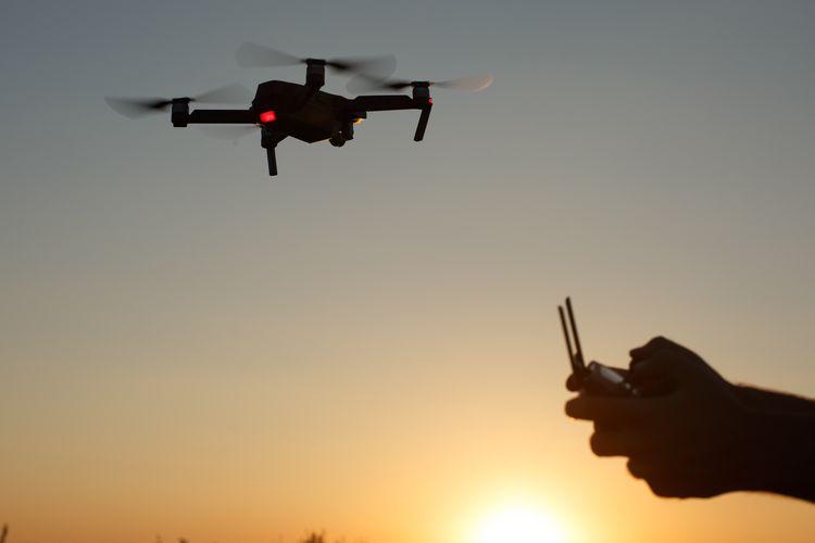 Ilustrasi orang sedang menggunakan drone DJI Mavic Pro