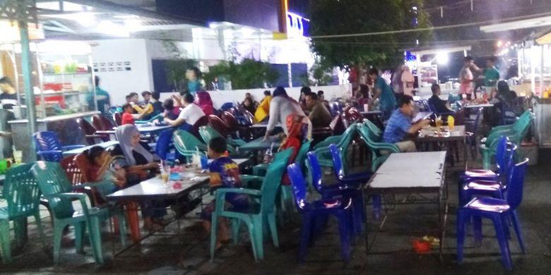 Warga sedang kongkow di Jasbret, Lhokseumawe, Sabtu (15/7/2017) malam