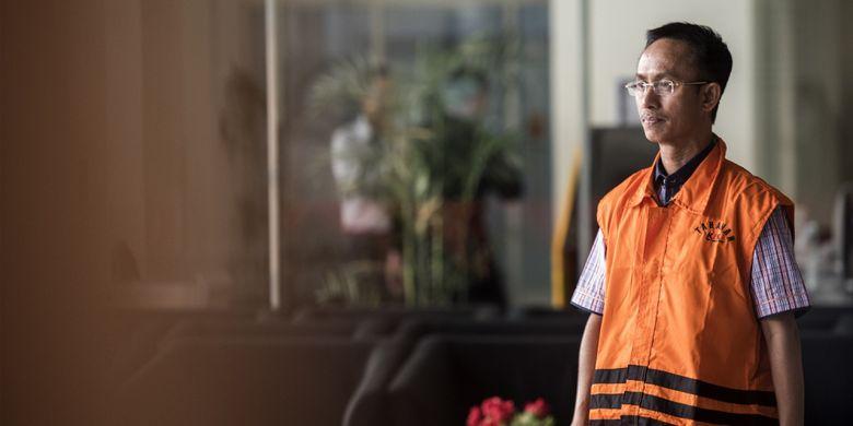 Bupati Pamekasan yang juga tersangka kasus suap Achmad Syafii berjalan keluar gedung seusai menjalani pemeriksaan perdana di gedung KPK, Jakarta, Rabu (9/8/2017). Achmad Syafii diperiksa perdana oleh penyidik KPK sebagai saksi untuk tersangka Rudi Indra Prasetya terkait kasus suap kepada Kajari Pamekasan untuk menghentikan penanganan kasus korupsi penyelewengan dana desa. ANTARA FOTO/M Agung Rajasa/ama/17