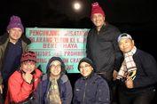 Sri Mulyani dan Luhut Binsar Mendaki Gunung Ijen Sampai Puncak Kawah