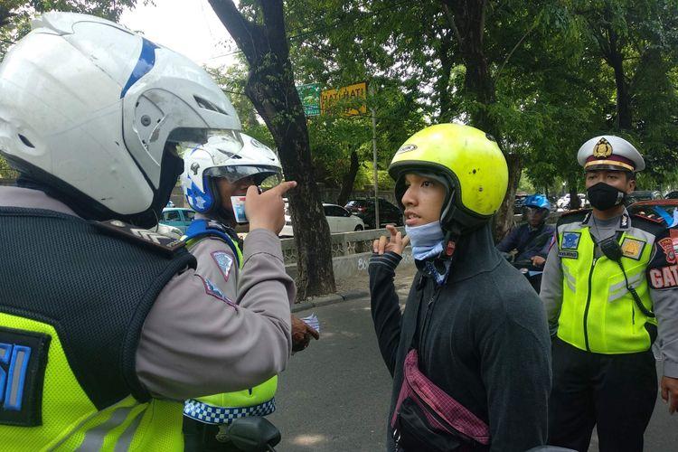 Pengendara motor diberhentikan polisi dalam Operasi Zebra Jaya 2018 di Jalan Permata Hijau, Rabu (31/10/2018).
